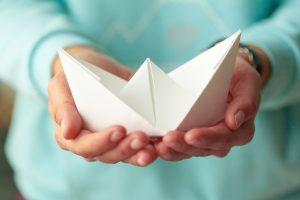 pessoa segurando origami de papel